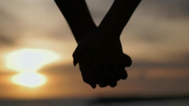 vídeos y material grabado en eventos de stock de holding hands. - agarrados de la mano