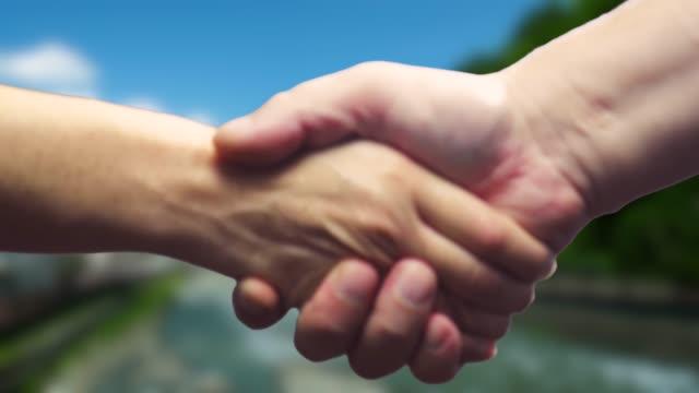 Håller händerna