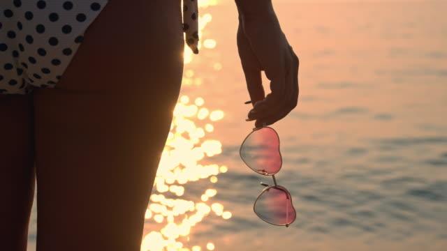 slo mo 保持サングラスの形をしたハート - 人の背中点の映像素材/bロール