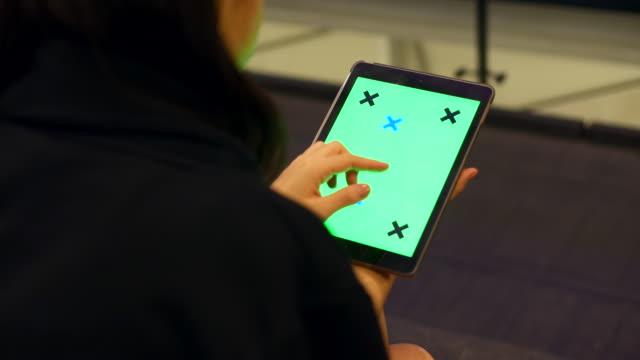vídeos de stock, filmes e b-roll de segurando o tablet com tela verde - modelo web