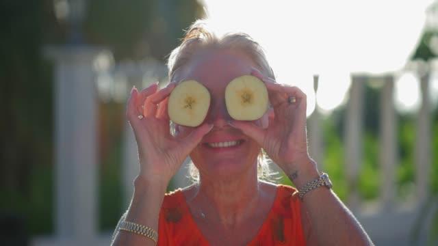 vidéos et rushes de brandissant des pommes - pomme