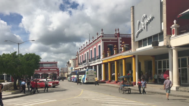 holguin city, holguin, cuba-march 17, 2020: establishing shot of the main town square named 'calixto garcia park'. this area is a famous place and a... - luogo d'interesse locale video stock e b–roll