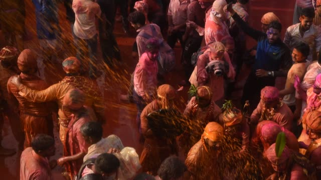 stockvideo's en b-roll-footage met holi celebration at krishna temple, nandgaon, india. - overige