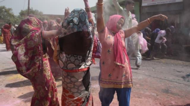 vídeos y material grabado en eventos de stock de holi celebration at street in mathura, india. - vrindavan