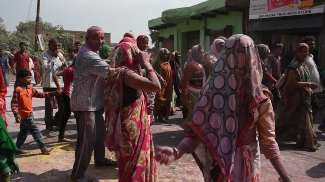 vidéos et rushes de holi celebration at street in mathura, india. - autre thème