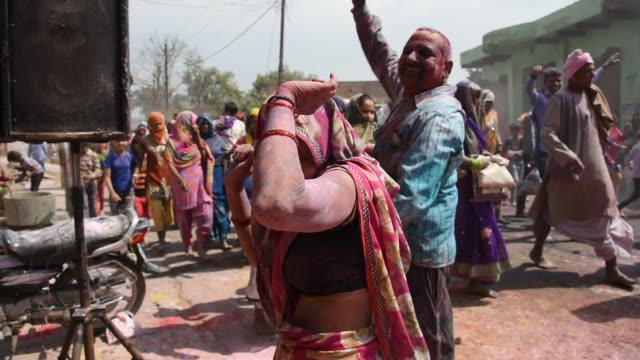 vídeos y material grabado en eventos de stock de holi celebration at street in mathura, india. - otros temas