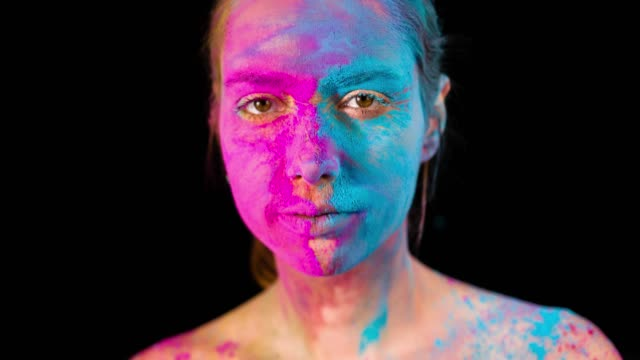 stockvideo's en b-roll-footage met holi kleuren op gezicht - holi phagwa