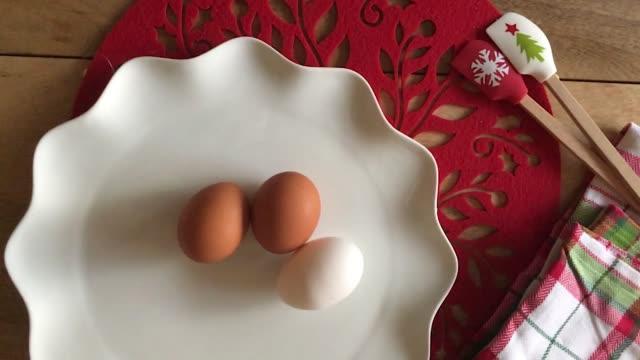 ホリデーベーキング-ローリングエッグ - 調理用へら類点の映像素材/bロール