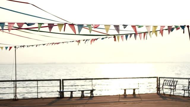 vídeos de stock e filmes b-roll de bandeiras de férias, festas na praia - água parada