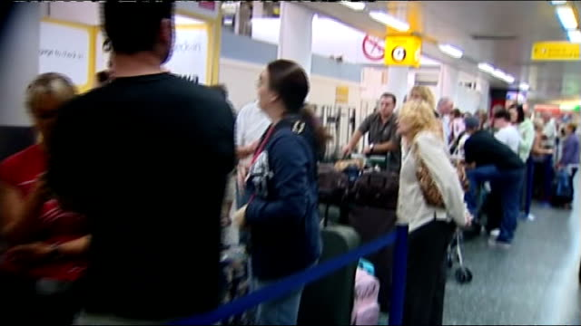 vídeos y material grabado en eventos de stock de holiday group xl have gone into administration east sussex gatwick tracking shot along past queue of passengers - east sussex
