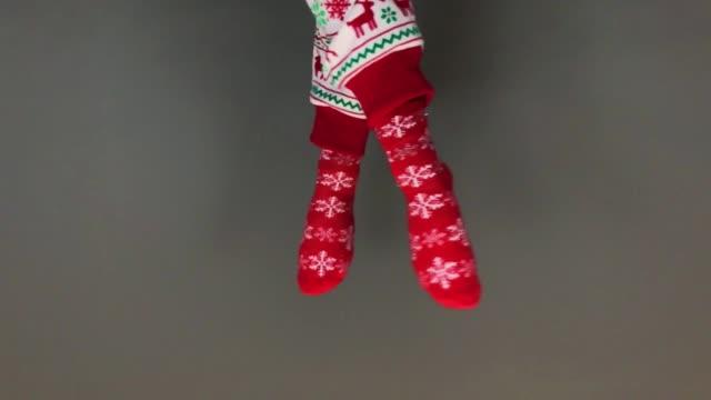 vídeos de stock e filmes b-roll de holiday happy feet - levitação