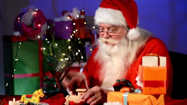 vorbereitungen für die feiertage - weihnachtsmütze stock-videos und b-roll-filmmaterial