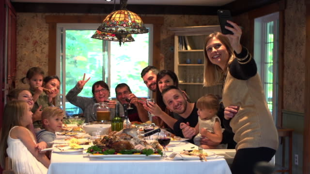 holiday season familiengruppe diner - familie stock-videos und b-roll-filmmaterial
