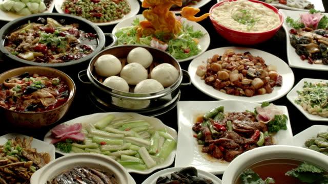 vídeos de stock, filmes e b-roll de festas de fim de ano, jantar de família chinês - buffet refeições