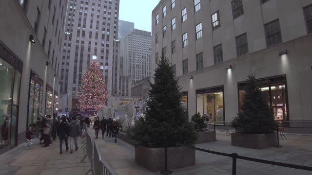 holidays christmas tree rockefeller center with tourists during coronavirus pandemic. people are wearing face masks. nyc holidays christmas shopping... - rockefeller center christmas tree stock videos & royalty-free footage
