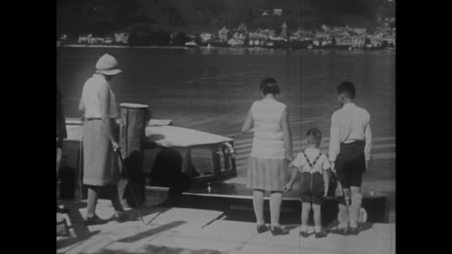 vídeos de stock e filmes b-roll de holidays of a family at the lake zeller see in 1930 landing stage little boat stops in front of a family views to the lake aerial passenger tramway... - linha do elétrico