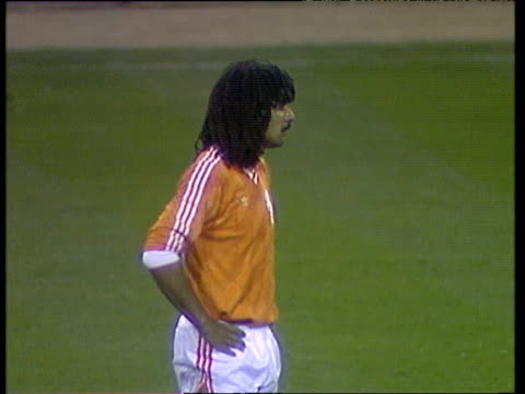 vídeos de stock e filmes b-roll de holland captain ruud gullit paces back and forth during break in international friendly england vs holland wembley stadium london 23 mar 88 - equipamento de equipa