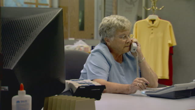 vídeos de stock, filmes e b-roll de holland, michigansecretary at work - secretária