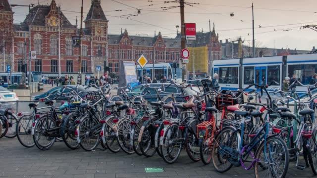 オランダ オランダ ビュー。ストリート、アムステルダム運河、自転車、自転車、屋形船、船の生活は。 - 北ホラント州点の映像素材/bロール