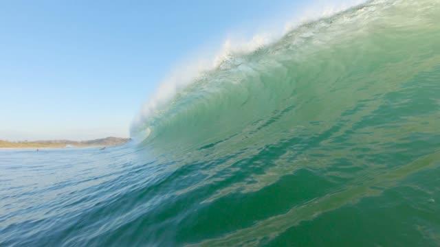vídeos de stock, filmes e b-roll de onda oca - tubo de ondas
