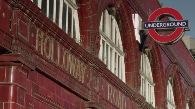vidéos et rushes de holloway road underground station - indication de direction