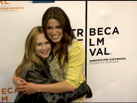 vidéos et rushes de holly hunter and nikki reed at the 'minis first time' premiere at the 2006 tribeca film festival at pace university's schimmel center for the arts in... - holly hunter