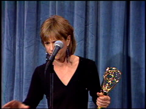 vidéos et rushes de holly hunter at the 1989 emmy awards backstage at the pasadena civic auditorium in pasadena california on september 17 1989 - holly hunter