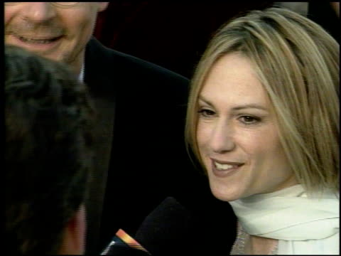 vidéos et rushes de holly hunter at the 1998 academy awards arrivals at the shrine auditorium in los angeles california on march 23 1998 - holly hunter