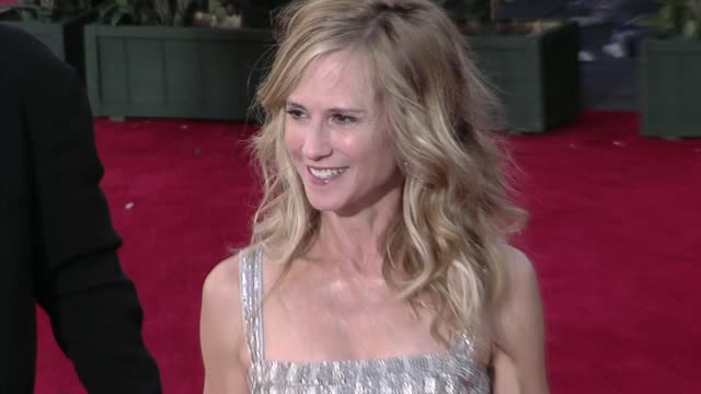 vidéos et rushes de holly hunter at the 61st annual primetime emmy awards arrivals part 4 at los angeles ca - holly hunter