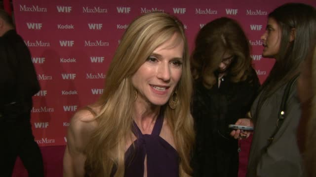 vidéos et rushes de holly hunter on what the evening represents what being honored means to her if she's prepared a speech her favorite women in film at the 2009 women... - holly hunter