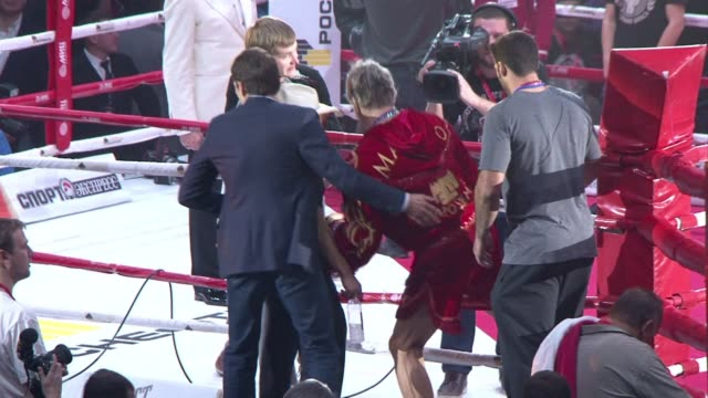 hollywood actor mickey rourke picks up his boxing career in moscow at 62 years old and beats his far younger opponent in the second round - mickey rourke actor stock videos & royalty-free footage