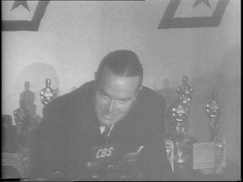 hollywood actors / gary cooper names james cagney as best actor for 'yankee doodle dandy' / joan fontaine names greer garson as best actress for 'mrs... - academy awards stock videos & royalty-free footage