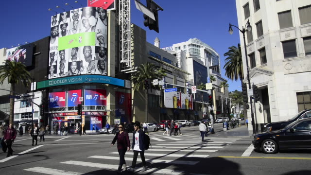 vidéos et rushes de hollywood and highland landmark in hollywood - hollywood boulevard