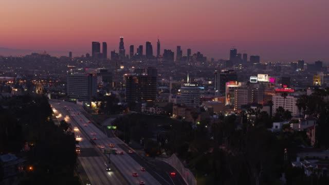 vídeos de stock, filmes e b-roll de hollywood e a expansão de la ao nascer do sol - drone tiro - hollywood califórnia