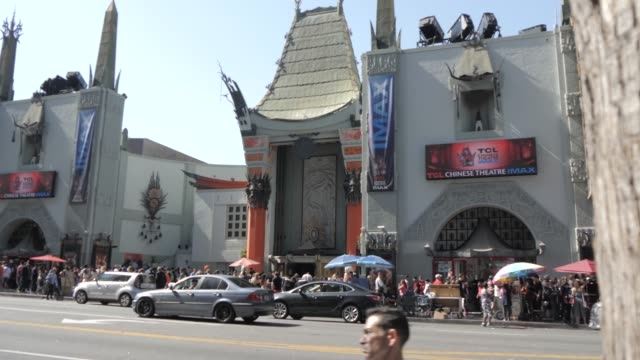 vidéos et rushes de hollywood boulevard, hollywood and view of tcl chinese theatre, los angeles, california, united states of america, north america - tcl chinese theatre
