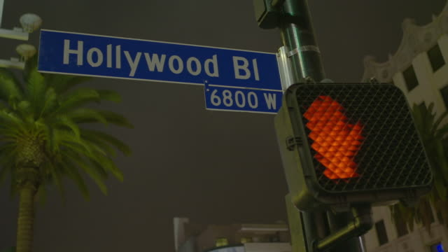 vidéos et rushes de cu hollywood boulevard sign with don‰ûªt walk signal at night / hollywood, city of los angeles, california, united states - hollywood boulevard