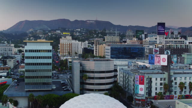 vídeos y material grabado en eventos de stock de hollywood, california at sunset - drone shot - cinerama dome hollywood