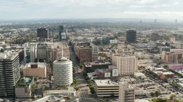 vidéos et rushes de hollywood cityscape and capitol records-drone shot - hollywood boulevard