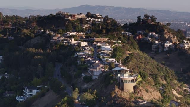 vídeos de stock, filmes e b-roll de casas de hollywood na luz da manhã - drone tiro - hollywood califórnia