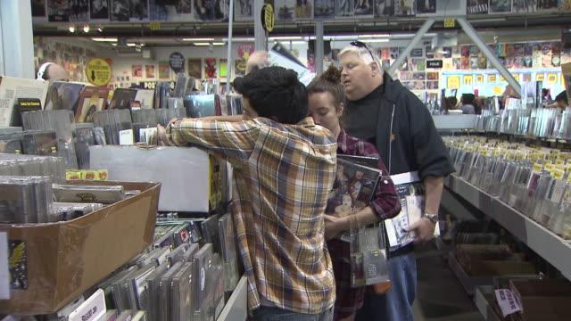 vídeos y material grabado en eventos de stock de ktla hollywood los angeles ca us record store day people buying records at amoeba on friday april 19 2019 - animal microscópico