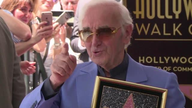 vídeos de stock e filmes b-roll de hollywood rindio homenaje el jueves a charles aznavour el legendario compositor y cantante frances de origen armenio recibio finalmente a los 93 anos... - compositor