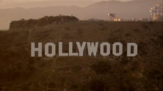 vídeos de stock, filmes e b-roll de aerial hollywood sign, hollywood, california, usa - escrita ocidental