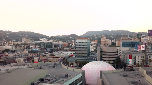 vídeos y material grabado en eventos de stock de hollywood skyline - aerial drone shot - cinerama dome hollywood