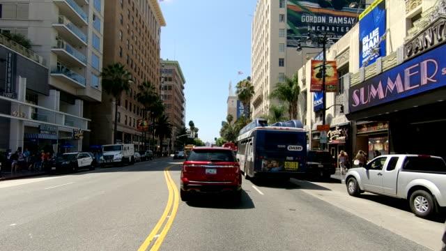 vídeos de stock, filmes e b-roll de hollywood la time lapse front vista califórnia condução através de rápido - hollywood califórnia