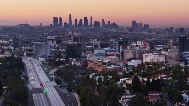vidéos et rushes de hollywood avec downtown la ligne d'horizon à l'aube - tir de drone - hollywood california