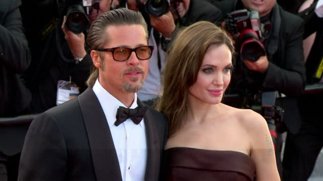 vídeos de stock, filmes e b-roll de hollywood's hottest couple has made it official with brad pitt proposing to angelina jolie after six children and years of unwedded bliss a... - brangelina casal