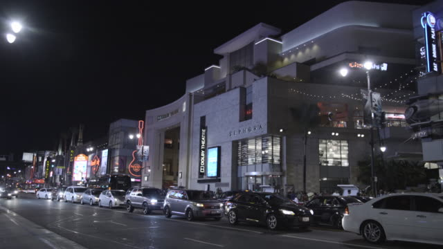 vídeos de stock e filmes b-roll de hollywwod blvd at night - the dolby theatre