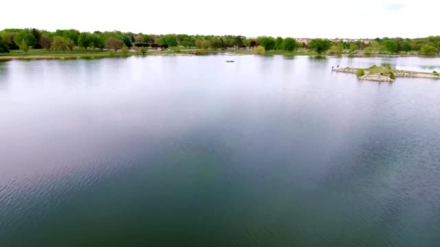 holmes park lake surrounded by green grass and trees - nebraska stock-videos und b-roll-filmmaterial