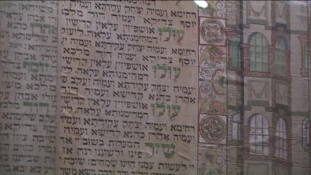 vídeos y material grabado en eventos de stock de holocaust remembrance day at museum of jewish heritage - torah