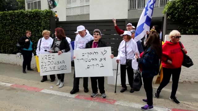 stockvideo's en b-roll-footage met holocaust survivors in israel protested in front of polish embassy in tel aviv on thursday against a controversial bill passed by the eastern... - polen